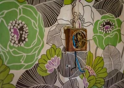 Fantastiske grønne blomster matcher den brune lysbryteren perfekt - om man digger 70-tallet.