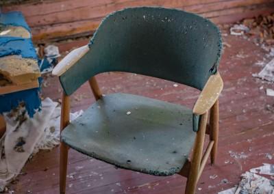 Stua er et salig kaos, men en av stolene er i grei forfatning.