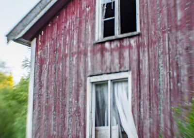 Knuste vinduer og slitt maling, men et solid hus.