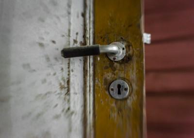 Velbrukt dør - håndtaket har vært skiftet ut i alle fall én gang.