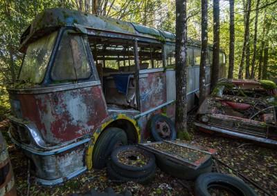 Nok en buss, like håpløst fast der i de svenske skoger.
